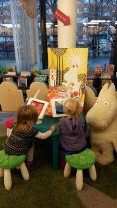 lapset-lukemassa