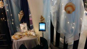 The Sailor's Dream -kirja esillä Kid e-lit näyttelyssä, ympärillä simpukoita.