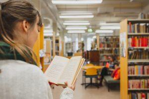 Kirjaa lukeva henkilö Lastenkirjainstituutin kirjastossa.