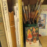 Maija Karma -kokoelman aineistoa, kuten kirjoja, postikortti ja siveltimiä.