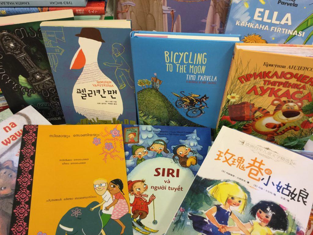 Suomalaisia lastenkirjoja eri kielille käännettynä.