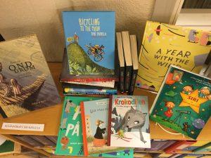 Muille kielille käännettyjä kotimaisia kirjoja.