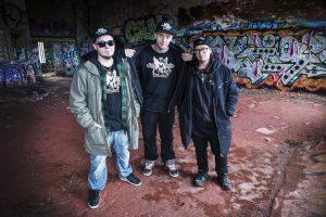 Rap-yhtye Mansesterin kolme muusikkoa.