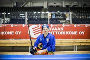 Pekka Saravo jäähallissa jääkiekkovarusteissa. Kuvaaja: Saara Tuominen