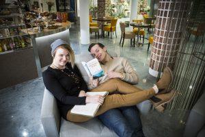 Rosa Hautala ja Valtteri lehtinen kirjat kädessä nojatuolissa.