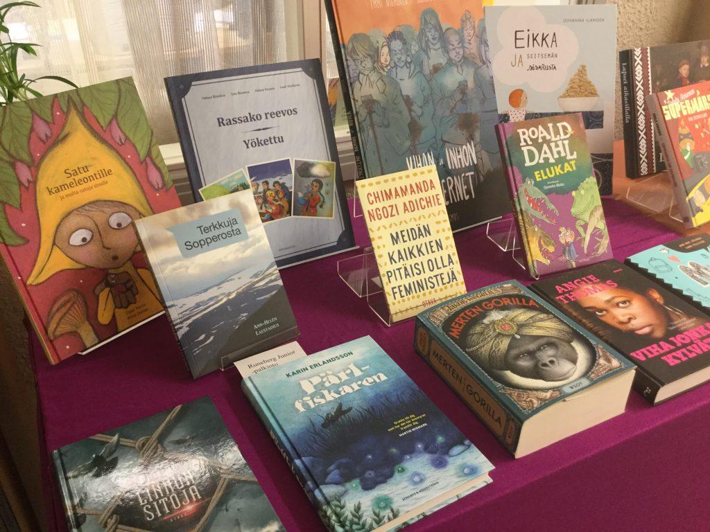 Valikoima vuoden 2017 lasten- ja nuortenkirjoja.