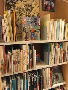 Tove Janssonin kotikirjaston kirjoja Lastenkirjainstituutin kirjaston hyllyssä.