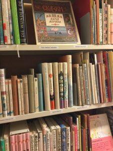 Eri kielisiä kirjoja Tove Janssonin kotikirjastosta.