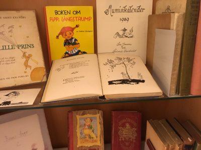Kirjoja Tove Janssonin kotikirjastosta, mm. Boken om Pippi Långstrump ja Muminkalender 1989.