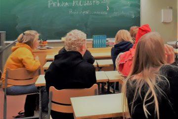 Koululaisia suunnittelemassa kirjoja luokassa.