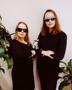 Lotta Luukila, Aino-Maria Kangas sekä kirjapantteri yllään mustat lasit ja mustat vaateet