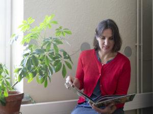 Kaisa Laaksonen lukee lastenkirjaa.