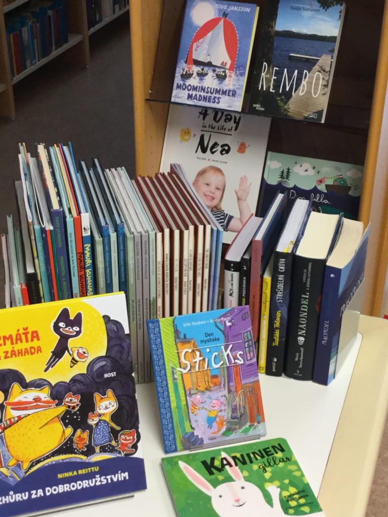 Muille kielille käännettyjä kotimaisia lasten- ja nuortenkirjoja.