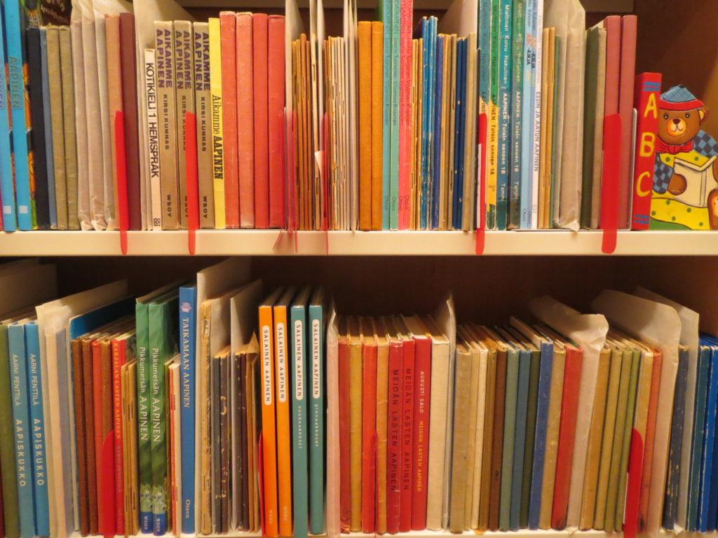Osa Lastenkirjainstituutin aapiskokoelmasta kirjaston hyllyssä.