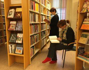 Asiakkaita selailemassa kirjaston kokoelmaa