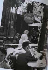 Kesäpäivä Helsingissä, kuvassa ihmisiä nauttimassa virvokkeita kahvilassa.