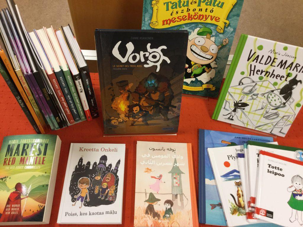 Muille kielillä käännettyjä kotimaisia lastenkirjoja, mm. ranskankielinen Voro-sarjakuva.