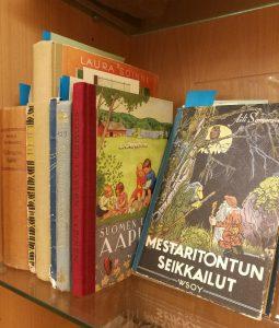 Kummikirjasto-erikoiskokoelman kirjoja. Kuvassa näkyy mm. Mestaritontun seikkrialut ja Suomen lasten aapinen.