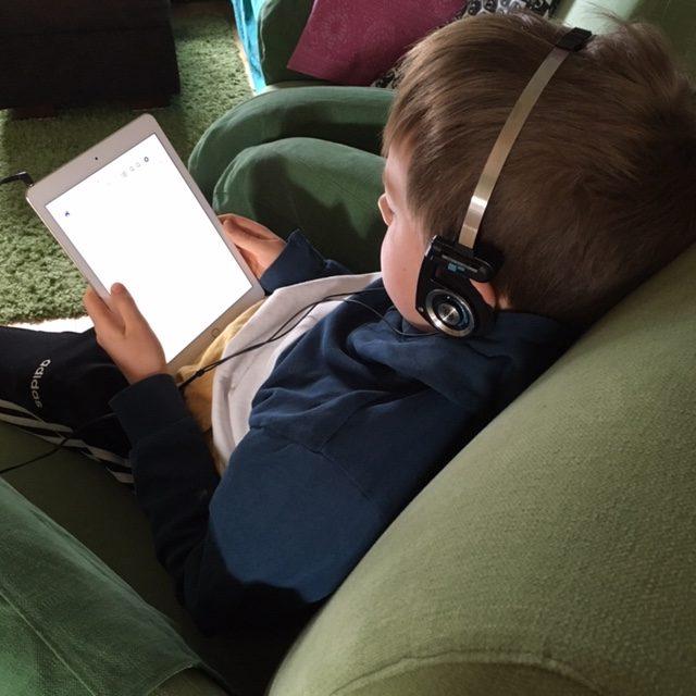 Lapsi lukee e-kirjaa tabletilta.