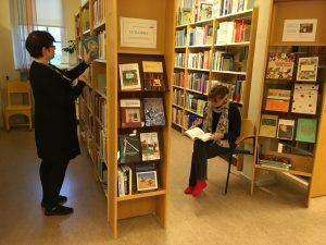 Kirjaston henkilökunta tutustuu kirjaston kirjakokoelmaan.