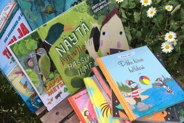 Lastenkirjoja ja päivänkakkaroita.