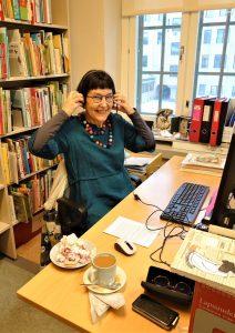 Kirjastonhoitaja työpöydän ääressä