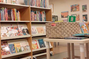 Kirjakori-näyttelyn kirjoja sekä Meria Palinin ja Julia Savtchenkon kuvituksia.