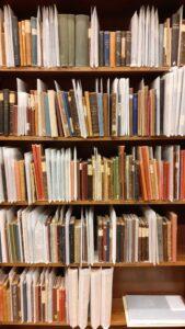 Tietokirjoja Lastenkirjainstituutin kirjaston vanhojen kirjojen kokoelmassa.